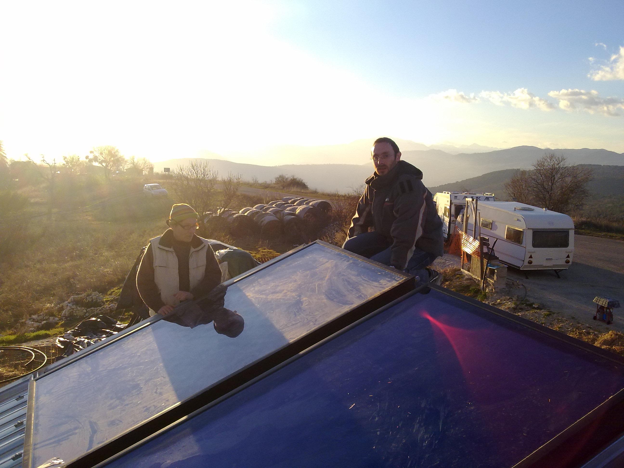 Installazione di collettori solari all'Ecovilaggio EVA a Pescomaggiore (Reseda)