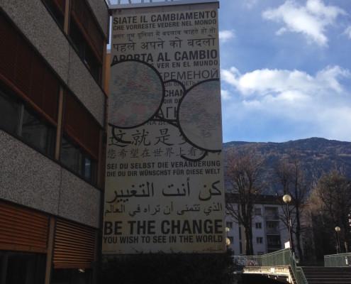 Il promettente cartellone all'ingresso del Liceo Gandhi a Merano