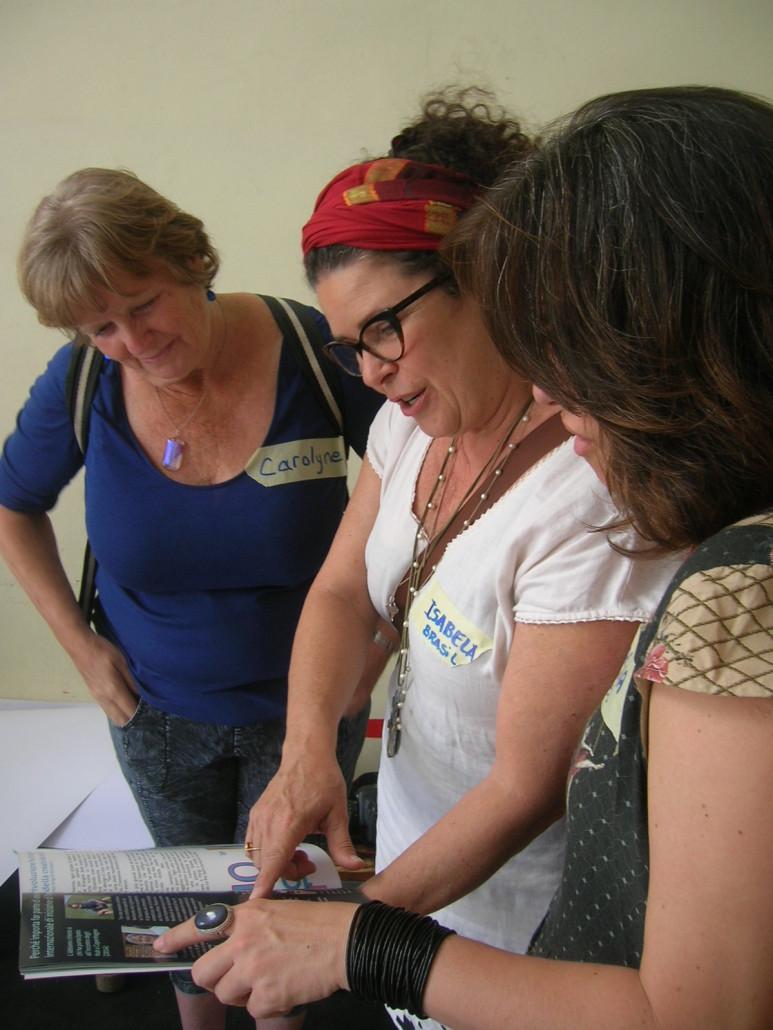 Al raduno internazionale della Transizione la guida tra le mani di Isa (Brasile) e Carolyne (USA)